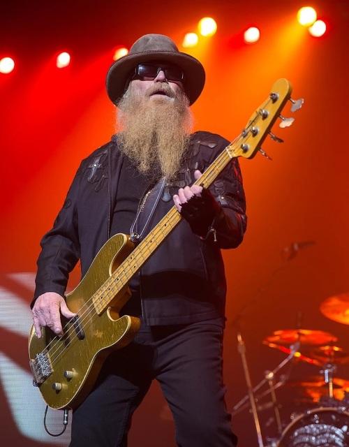 Dusty_Hill_of_ZZ_Top_performing_in_San_Antonio,_Texas_2015
